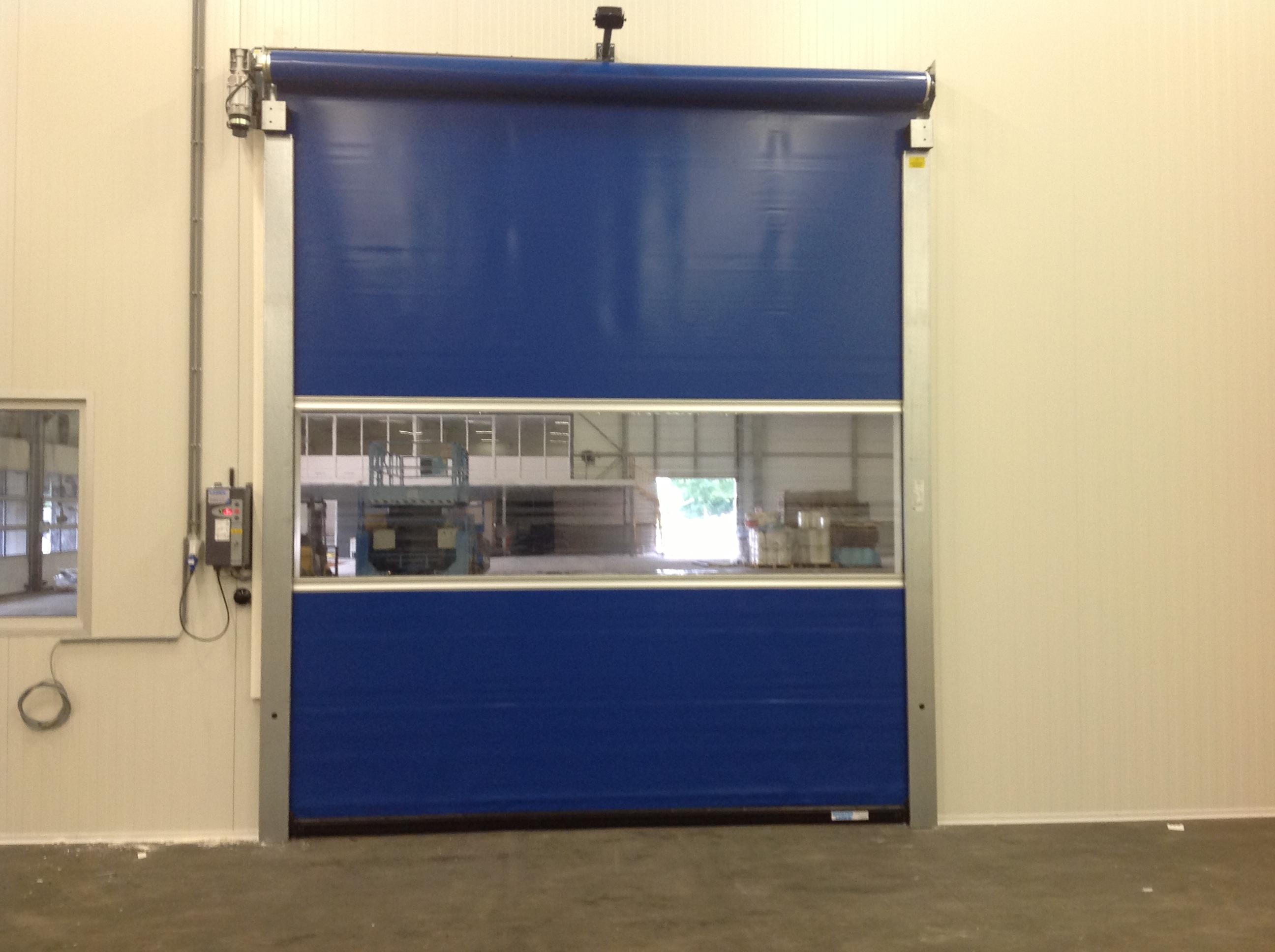 Zeer Snelloopdeuren tegen tocht, warmte en kou in bedrijfsruimte van XM83